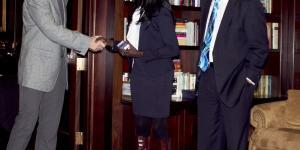 Efe receives her award